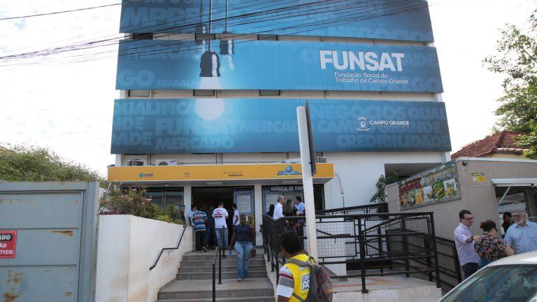 A Funsat divulga diariamente vagas de emprego, que estão disponíveis no site, redes sociais e através do aplicativo Sine Fácil