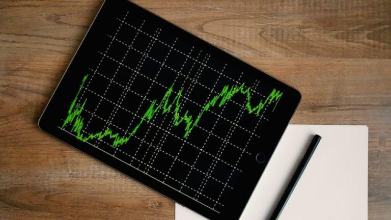 Em Londres, o FTSE 100 recuou 1,55%, a 6.090,04 pontos, com ganho semanal de 0,96%