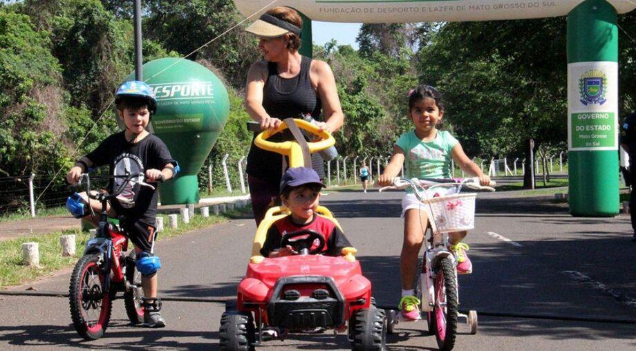 O Amigos do Parque consiste no fechamento de uma das pistas do Parque dos Poderes para possibilitar a prática desportiva, como caminhadas, corridas, passeios de bicicleta e patins