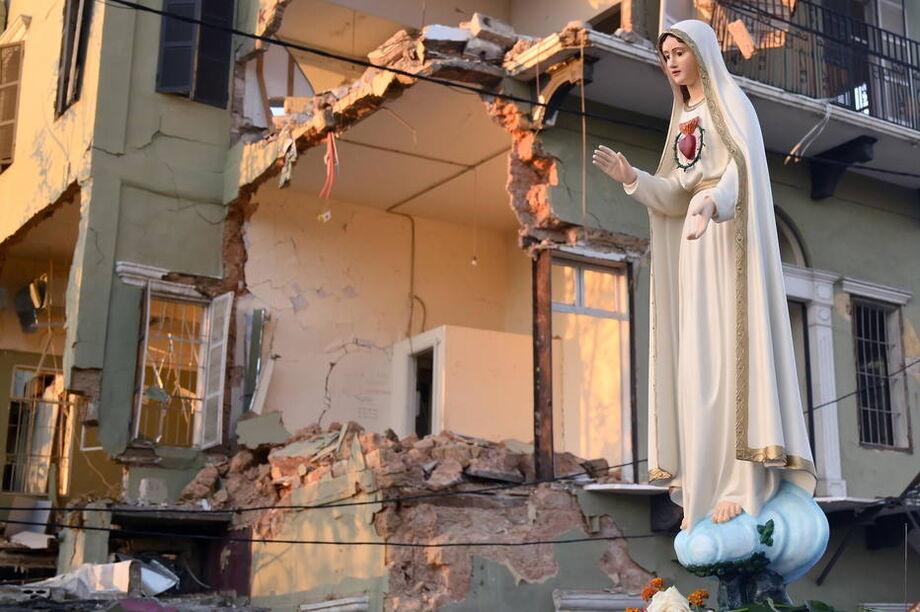 Imagem da Virgem Maria passa por escombros em Beirute em celebração do dia da Assunção