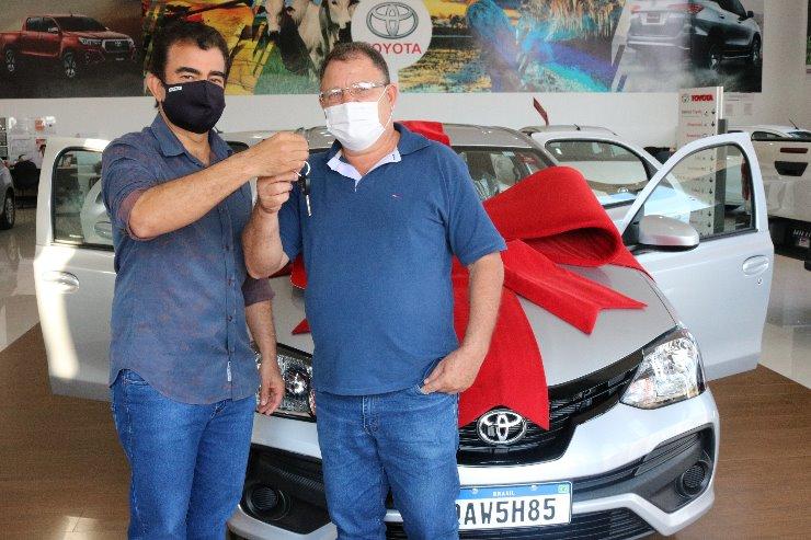 Deputado Marçal entrega chave do veículo a Ailton Rodrigues, do Lar do Idoso