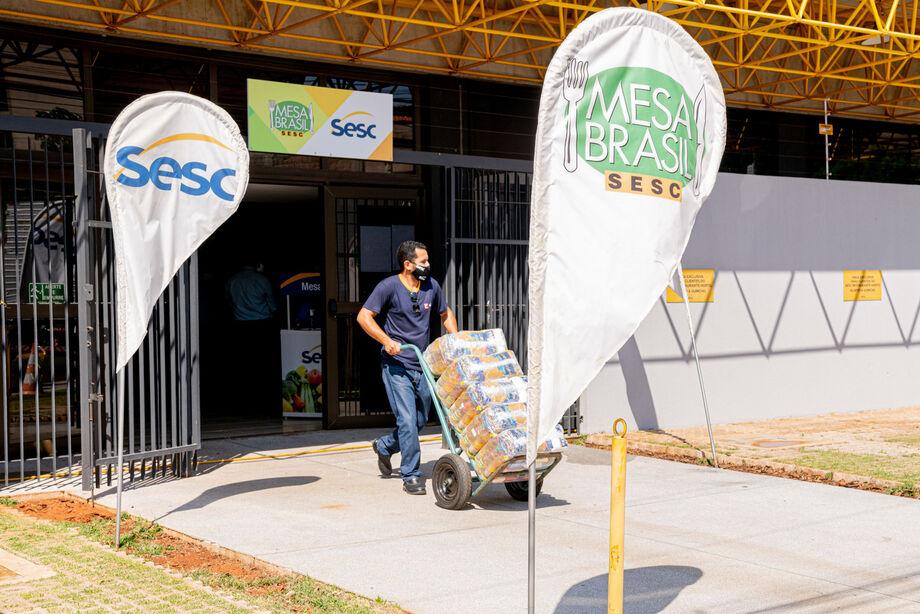A Fecomércio MS realizou na última quinta-feira (27) a entrega de 200 cestas básicas e 544 kg de frango às prefeituras dos municípios de Aral Moreira e Sidrolândia, sendo 100 cestas e 272 kg para cada prefeitura