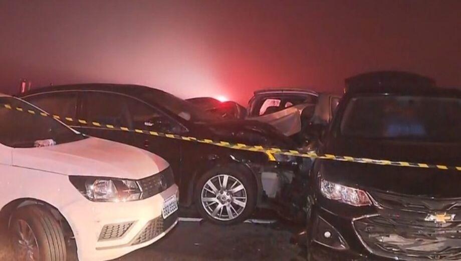 Engavetamento envolvendo mais de 20 veículos deixa ao menos 8 mortos no Paraná.