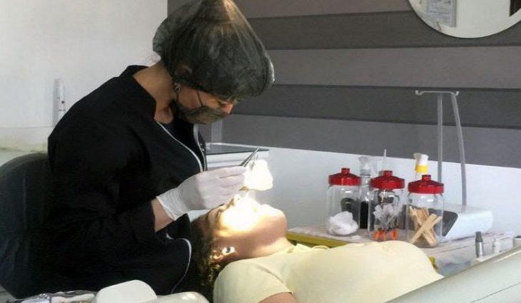 Com três meses de tratamento, foram realizadas restaurações, extração, limpeza e colocação de próteses superior e inferior.