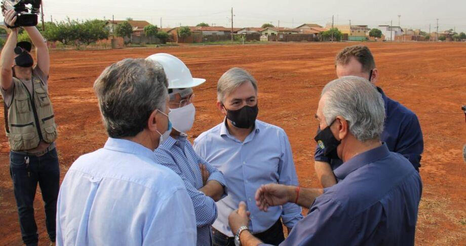 Após assinar autorização para o início da obra, governador Reinaldo Azambuja foi até o local onde a nova sede do DOF será construída