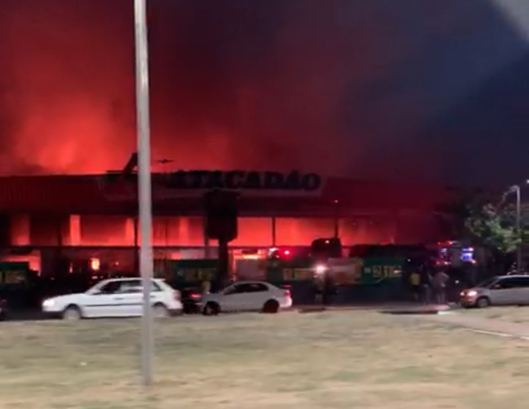 Um incêndio atinge nesse momento o Atacadão da Avenida Duque de Caxias
