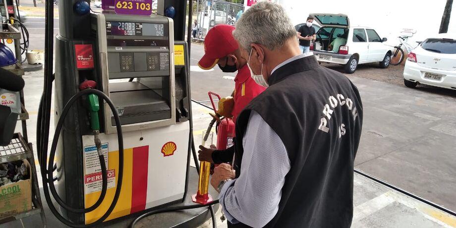 De acordo com o superintendente do Procon Estadual, Marcelo Salomão, a notificação questiona se o índice de octanagem da gasolina tanto comum com premium comercializada, obedece  ao mínimo estabelecido pela solução da ANP de modo a propiciar diminuição do