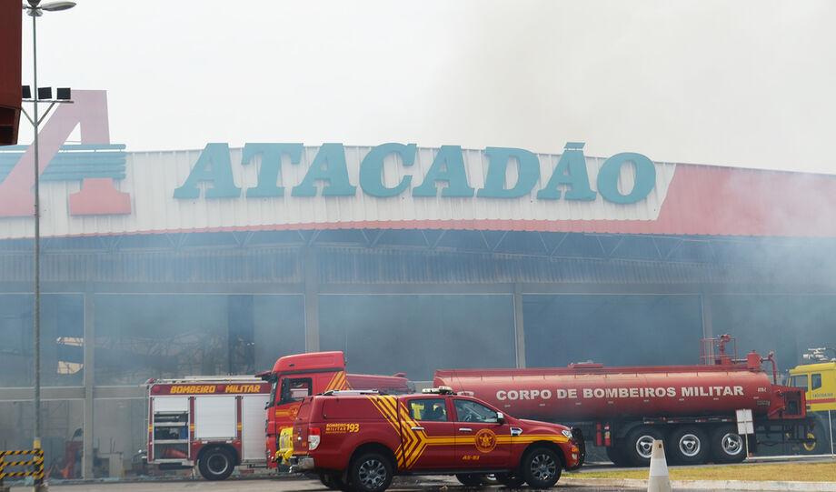 Fumaça de incêndio no Atacadão ainda pode ser vista nesta manhã
