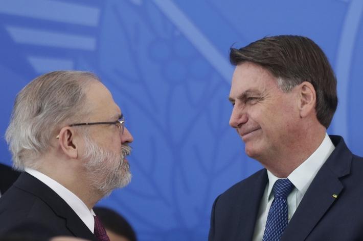 O procurador-geral da República Augusto Aras conversa com o presidente Jair Bolsonaro durante cerimônia no Palácio do Planalto