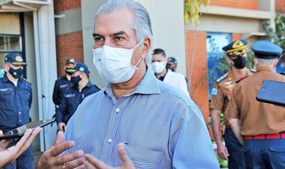 Reinaldo Azambuja tem 57 anos, está apenas com sintomas leves e passa bem. Neste período vai trabalhar de casa, em regime home officce.