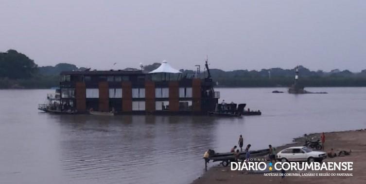Embarcação de três andares ficou encalhada próximo a prainha do Porto Geral