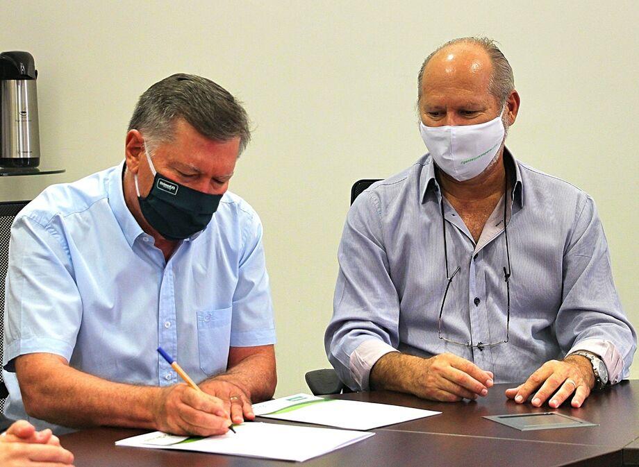 O diretor de Mercado da cooperativa médica, Dr. Fernando Augusto Abdul Ahad, e o presidente da instituição financeira, Celso Ramos Regi