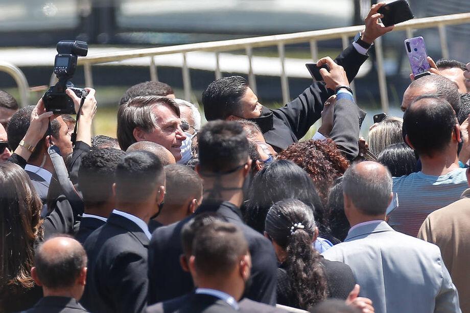 Sem máscara, presidente cumprimenta apoiadores e bate selfies ao sair de evento evangélico em Brasília