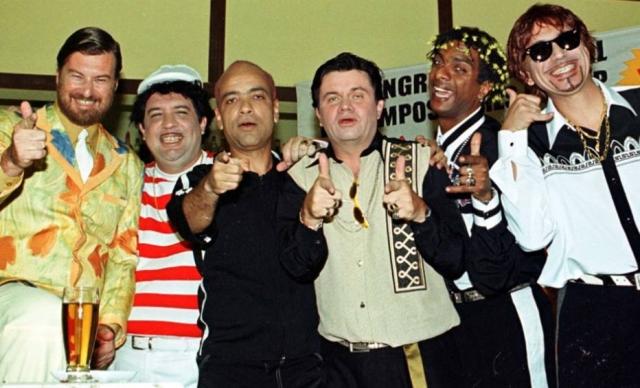 Beto Silva, Bussunda, Cláudio Manoel, Marcelo Madureira, Helio de la Peña e Hubert em gravação do 'Casseta e Planeta: Urgente' no ano 2000.
