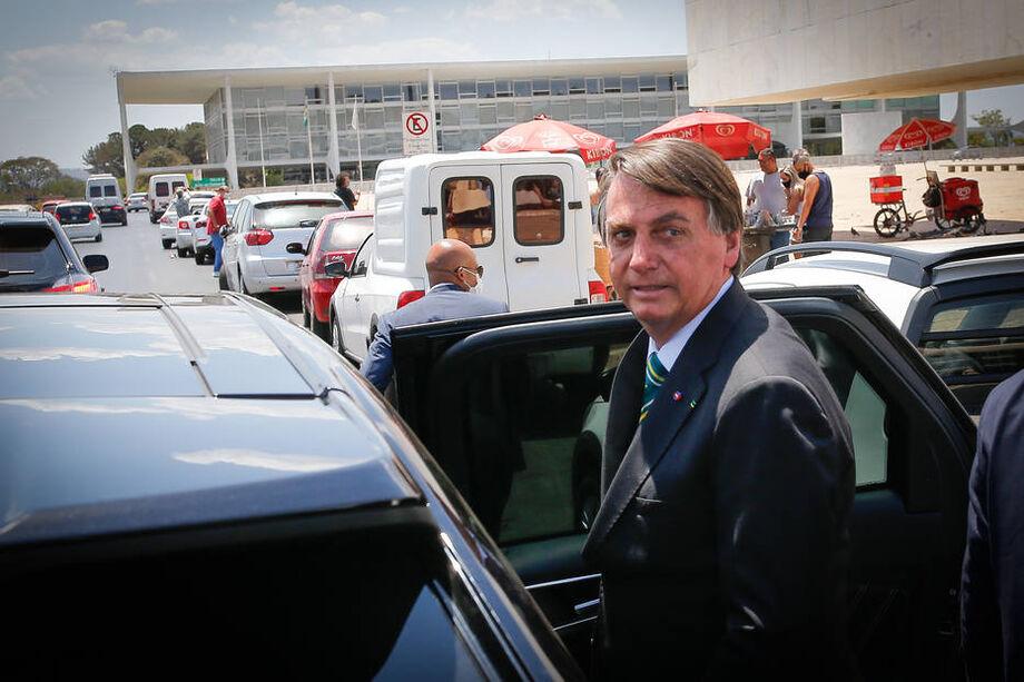 Bolsonaro embarca em carro oficial ao sair da praça dos Três Poderes