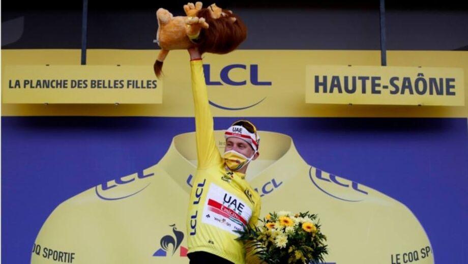 Tadej Pogacar celebra após assumir a camisa amarela, do líder, na Volta da França e estar perto de ser campeão