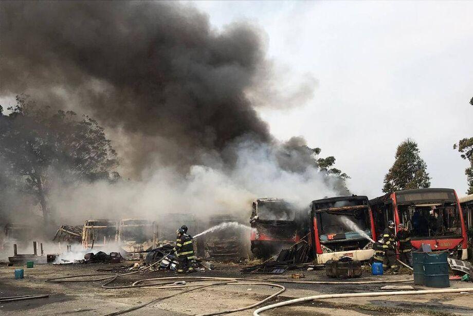 Mais de 40 ônibus foram atingidos por um incêndio, na tarde deste sábado (19), em um pátio de veículos na zona leste da capital paulista. Não havia informações sobre vítimas e as causas das chamas até a publicação desta reportagem