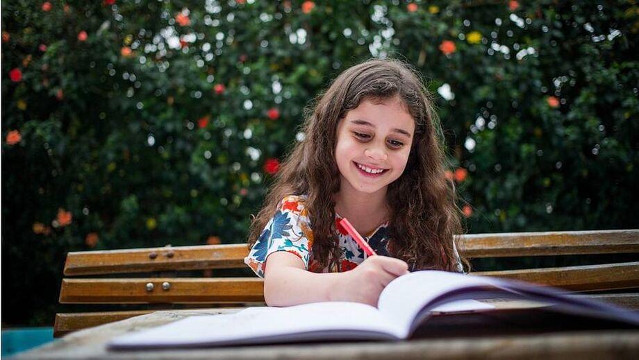 Brincadeiras, um gatinho novo, celular e agora um livro que ensina a desenhar ajudam no equilíbrio da rotina de Manoela Sampaio Graziano de Oliveira