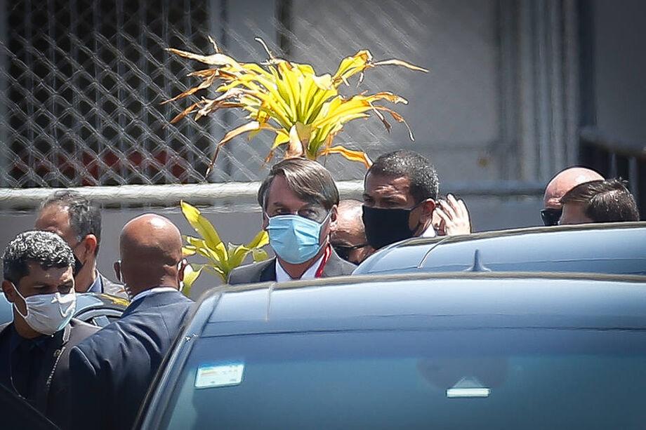 Bolsonaro usou máscara ao sair do templo da Assembleia de Deus