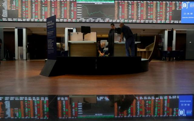 A aversão global a risco se impôs nesta primeira sessão da semana