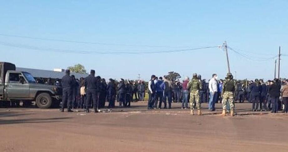 Trabalhadores demitidos fazem protesto na fronteira