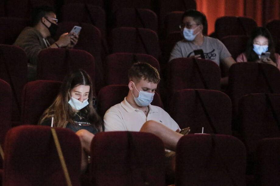 No município do Rio, cinemas devem respeitar 50% da capacidade do local e está proibida a comercialização de comida e bebida