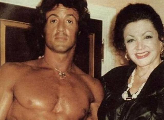 ylvester Stallone ao lado de sua mãe, Jackie, em foto da década de 1980
