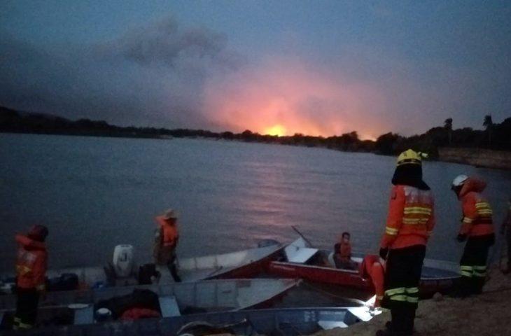 Os bombeiros – seis do Paraná e de Mato Grosso do Sul - percorreram de barco mais de 200 quilômetros, a partir de Corumbá, para chegar à área atingida pelo fogo