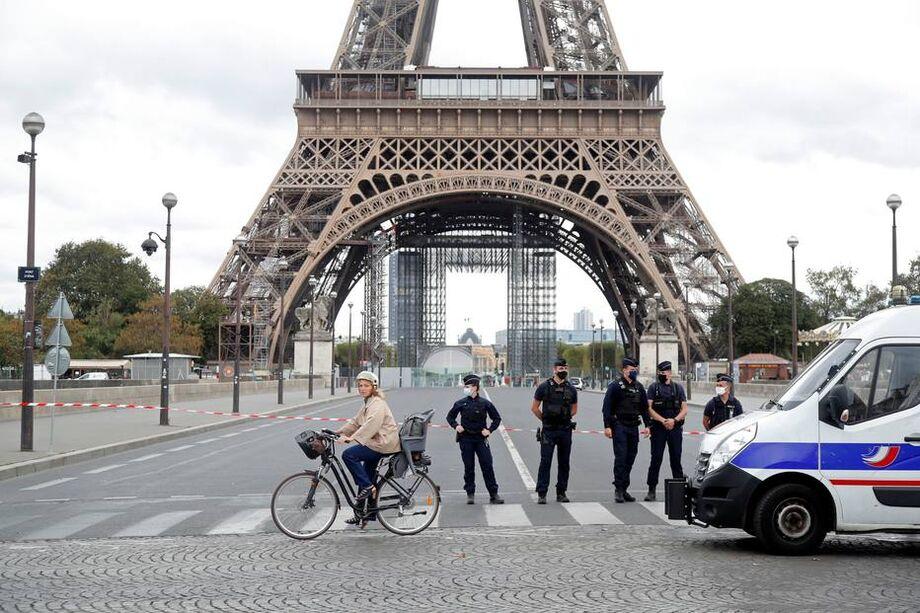 Dois policiais ouvidos pela agência de notícias americana Associated Press confirmaram que a ação foi realizada após uma ameaça de bomba por telefone