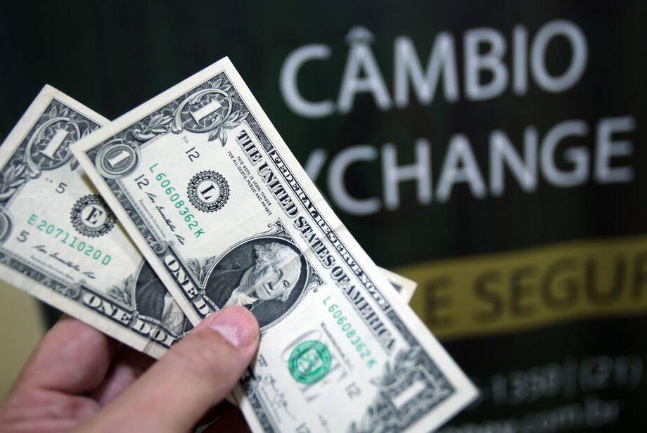 Dólar avança com influêcia externa e tem máximas a R$ 5,52