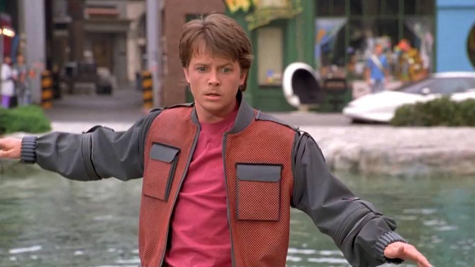 nunca quis ter a jaqueta com secador interno usada por Marty McFly? Embora alguns pioneiros já estejam encaixando eletrônicos nos tecidos das roupas, a ficção está longe da realidade.