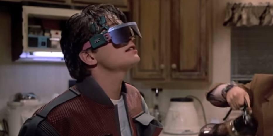 O Google Glass chegou em meio a uma série de desconfianças, mas uma de suas funções é justamente a de fazer ligações, uma das utilidades dos óculos retratados na série. Outros óculos de realidade virtual também já são realidade