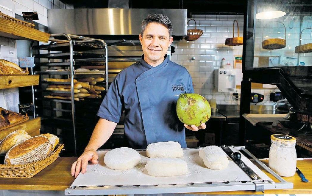 Padeiro Johannes Roos testa massa com água de coco: 'Em vez de dividir o pão, vamos dividir fermentação natural para que as pessoas possam fazer pão'