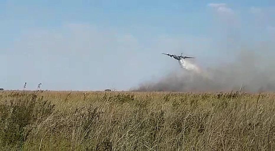 Avião lança água em incêndio no Pantanal.