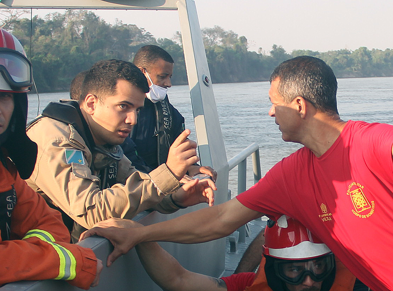 Tenente Lucena, Bombeiro de Corumbá (a esquerda)
