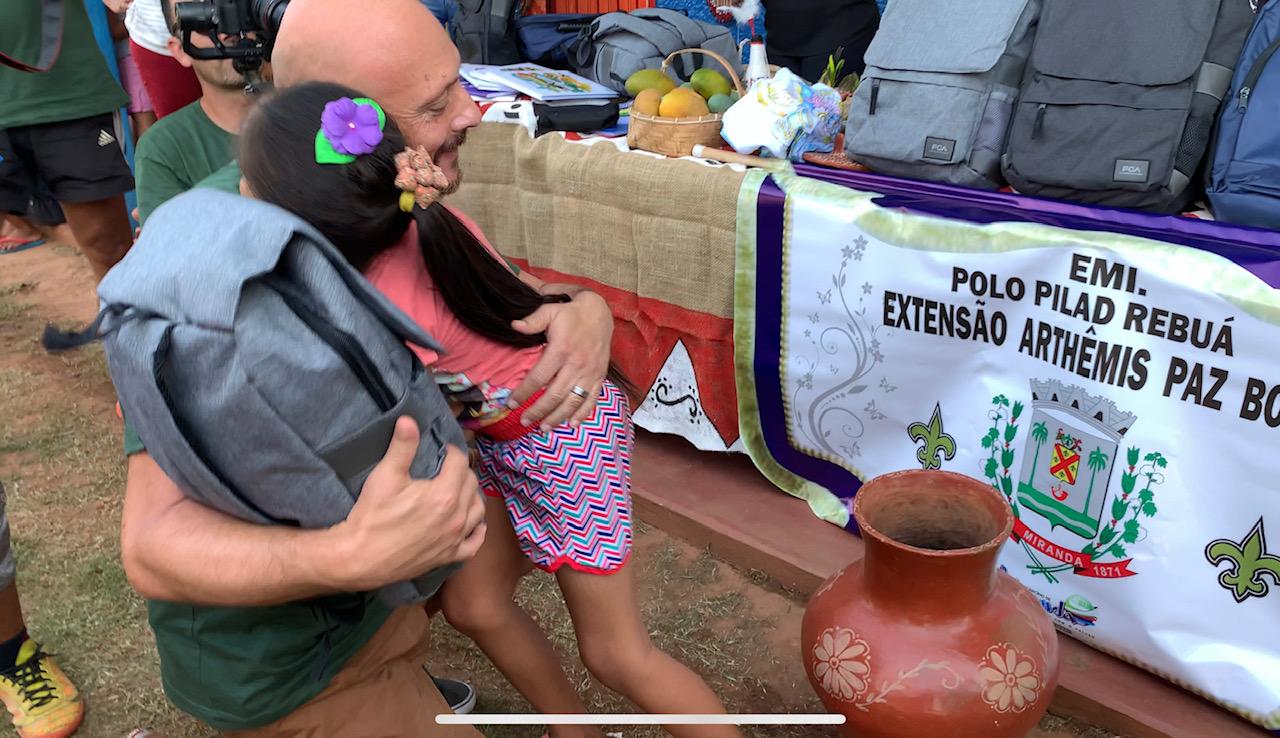 O gerente de comunicação da FCA, Ricardo Dilser, representando o grupo, prestou um ato de solidariedade e entregou 490 kits escolares para os alunos da Escola Municipal Indígena polo Pilad Rebua, em Miranda (MS)
